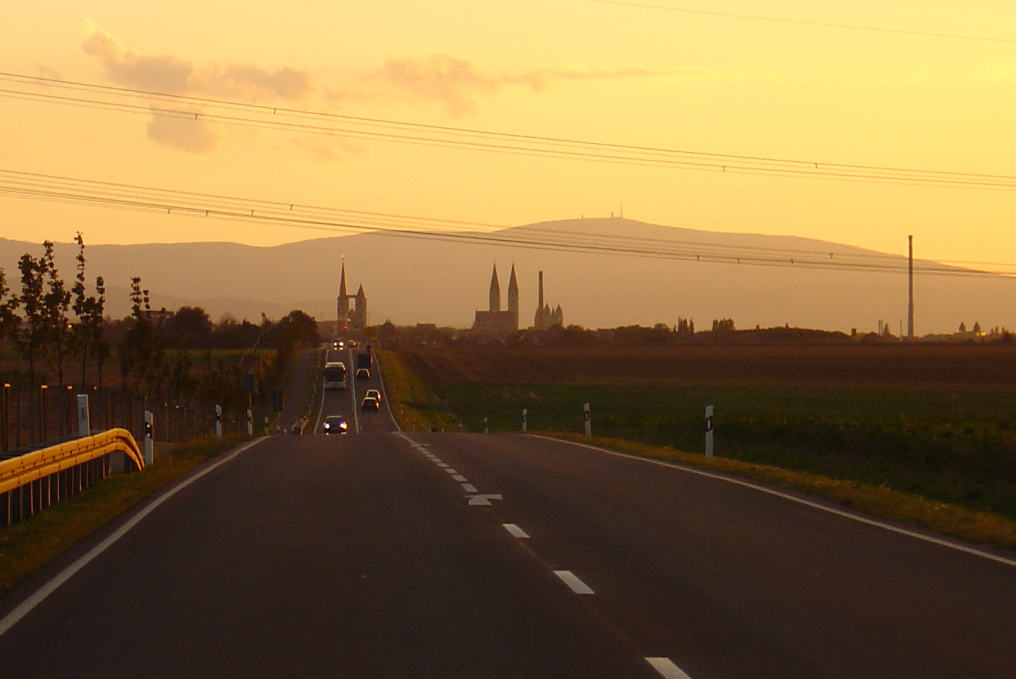 Sonnenuntergang über Halberstadt in Blickrichtung Brocken aus Magdeburg kommend