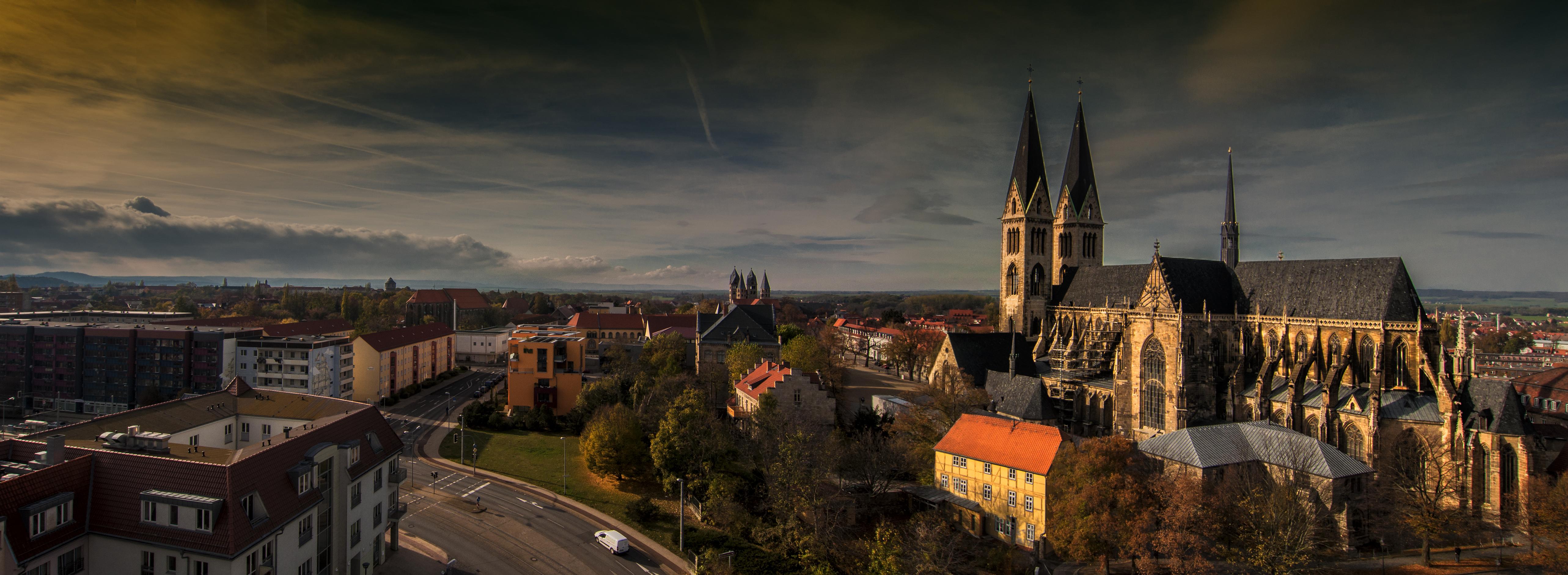 Der Dom von Halberstadt an einem Spätsommerabend .