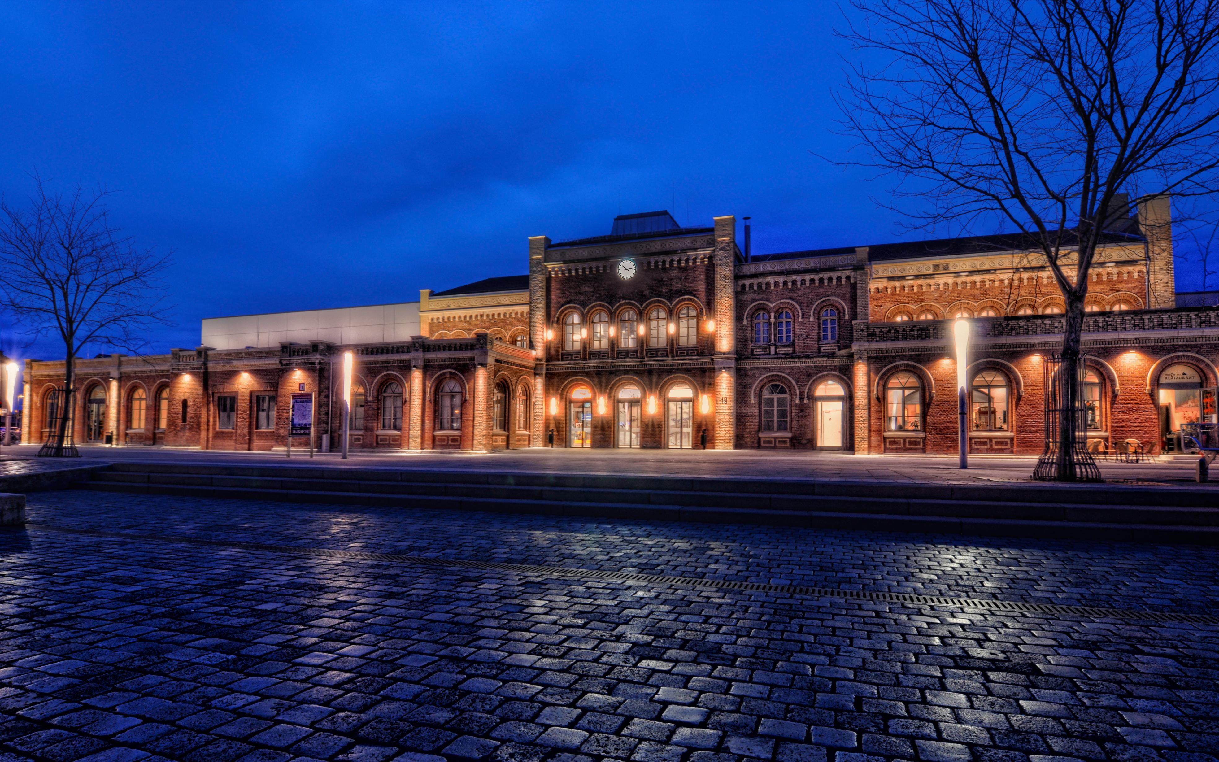 Hauptbahnhof Halberstadt am Abend.