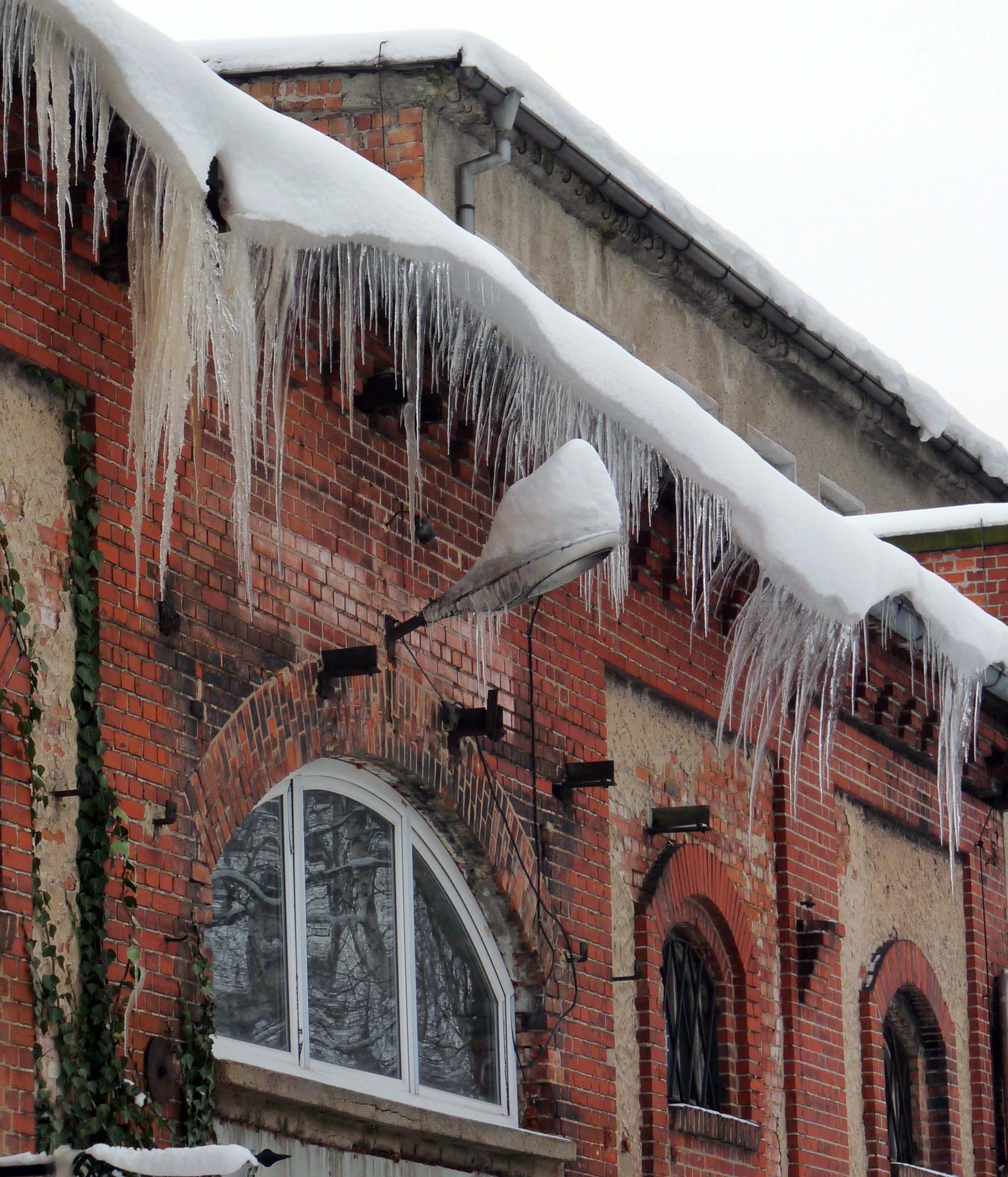 Eiszapfen... Meisterwerk der Natur verschönert die alten Gebäude in Halberstadt