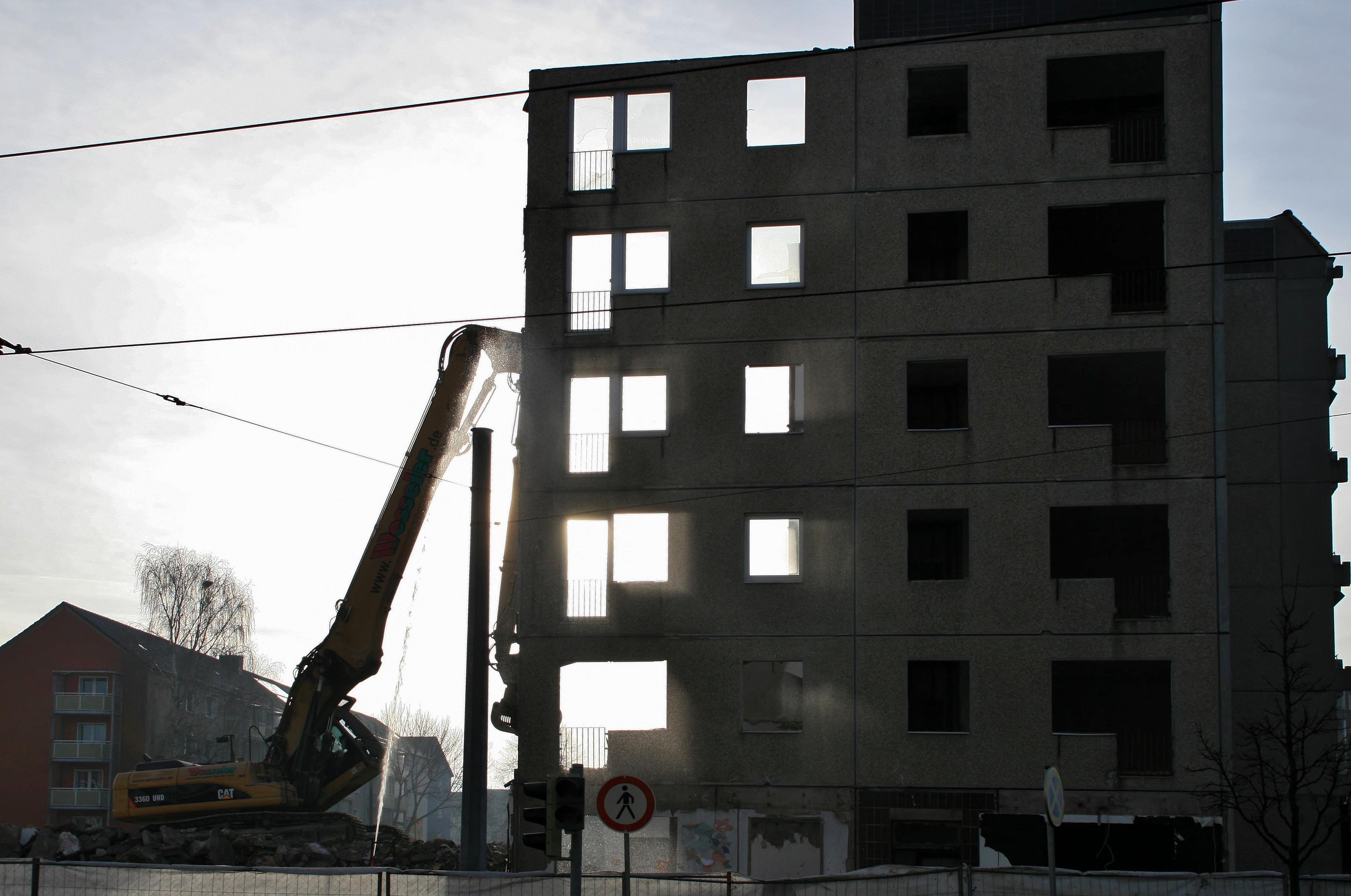 Der letzte Rest der Wohnanlage Kühlinger Strasse fällt dem Abrissbagger zum Opfer.