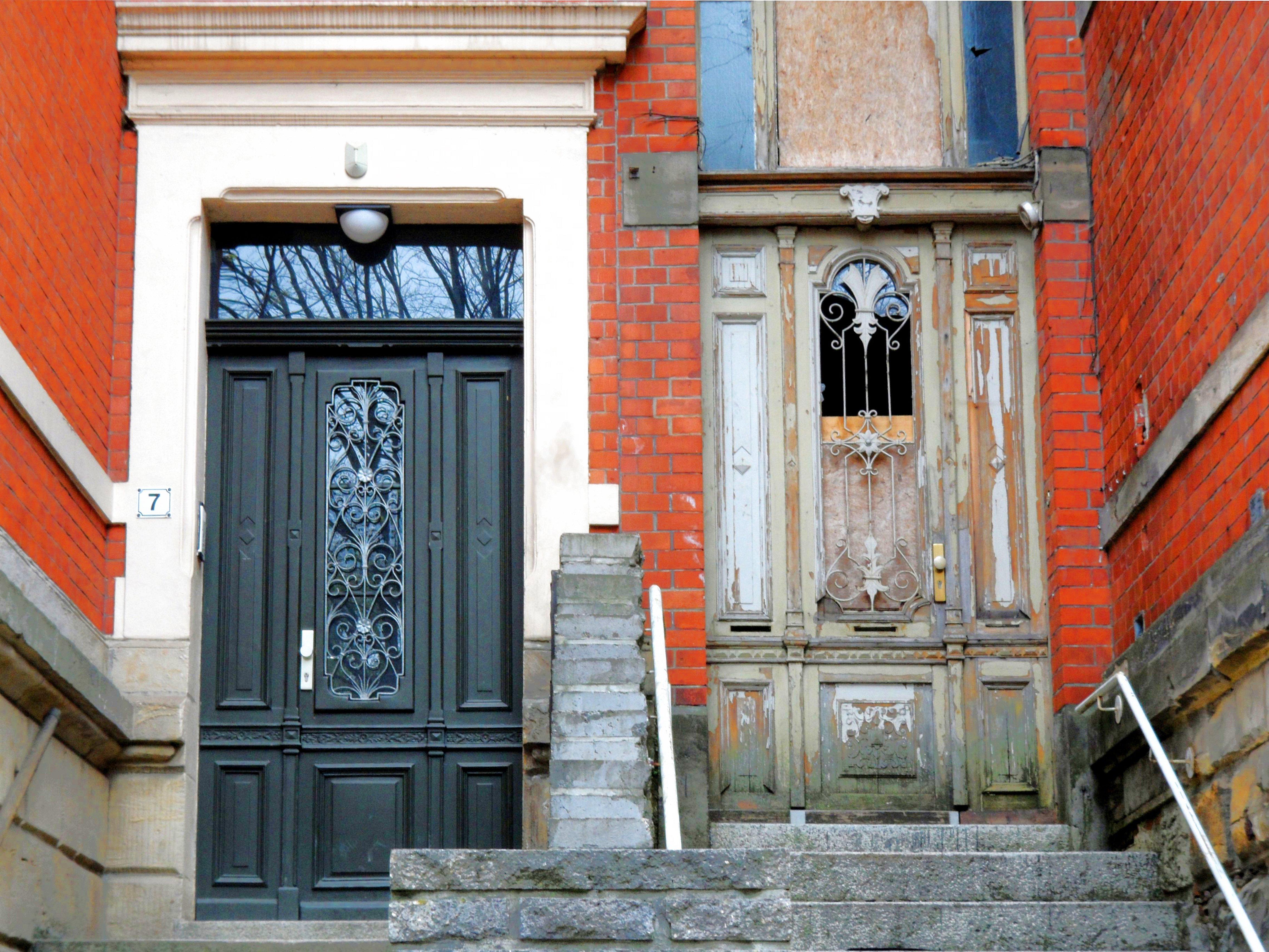 Ein ungleiches Paar - Hauseingänge in der Plantage in Halberstadt.