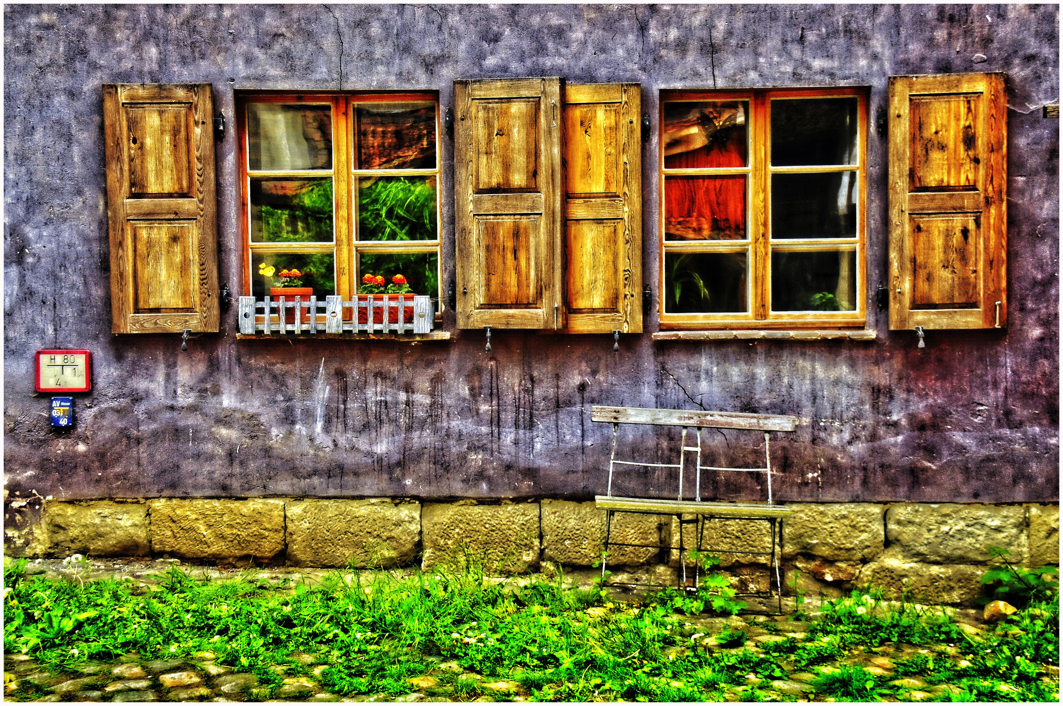 Entdeckt im Steinhof Komplex, der einsame Doppelstuhl und die Spiegelung im Fenster haben mich gereizt auf den Auslöser zu drücken. Durch die Bildbearbeitung sind die Farben verstärkt worden.  Es kann geträumt werden.